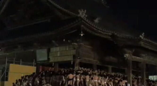 Веселый фестиваль в Японии. Мужчины выпили, разделись – и в храм (ВИДЕО)