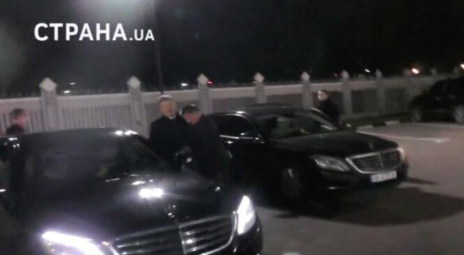 Появилось видео, как Порошенко прилетел в Борисполь с детьми в масках